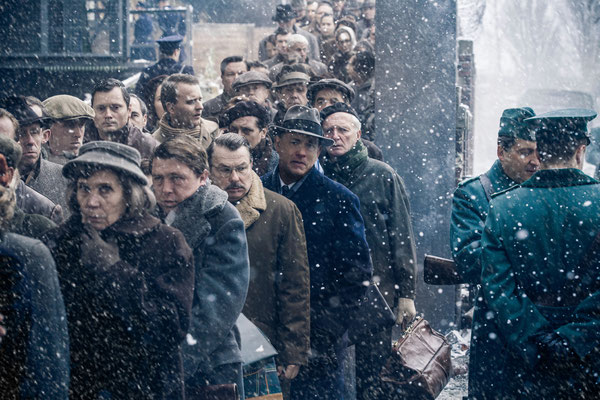 Bridge Of Spies - Waiting in Line at Checkpoint Charlie - 20th Century Fox - kulturmaterial