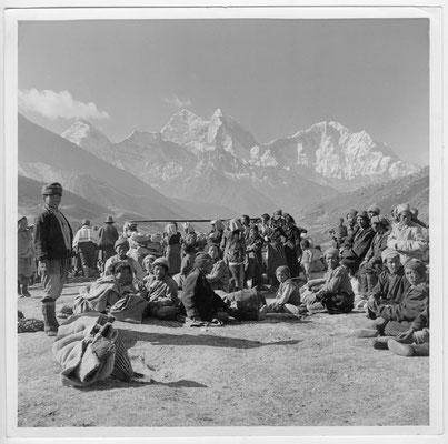 Sherpas vor Kangtega und Thamserku - Everest - 29 Mai 1953 - George Lowe Collection - Knesebeck - kulturmaterial