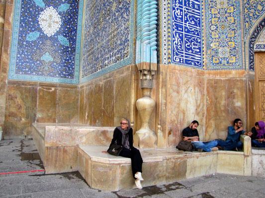 Bea vor der grossen Moschee