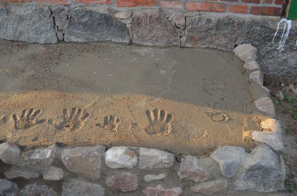 Hände verewigt im Beton