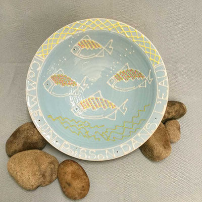 Shallow dish, slip trailed fish pattern.