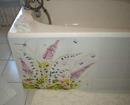 Corner of the bath decorated with a bouquet of countryside flowers.