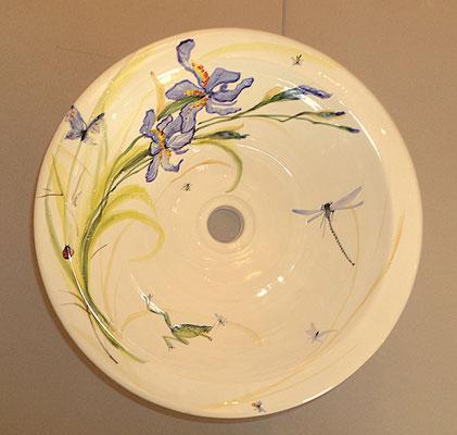 Vasque de salle de bain à encastrer dans un meuble décorée avec des iris bleus.