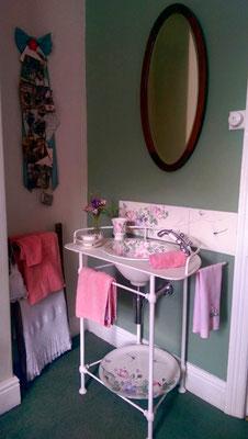 Meuble salle de bain décor romantique en situation.