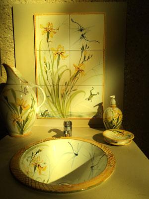 Coin lavabo, ambiance iris jaune.