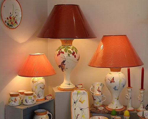 Grandes lampes avec papillons et oiseaux.