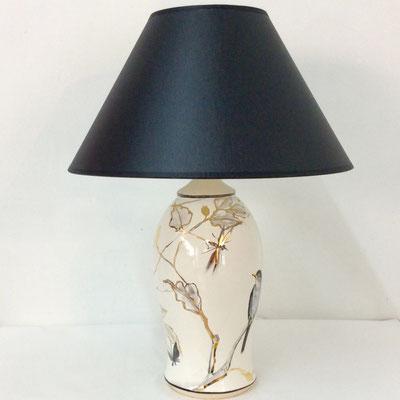 Lampe petit modèle. Décor oiseaux gris, nacre et or.