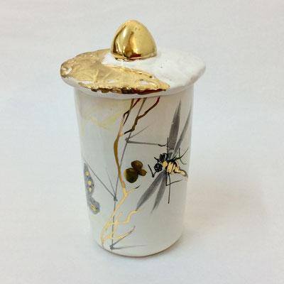 Petite boîte cylindre D. Décor gris, nacre et or.