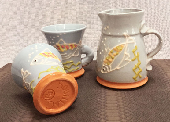 Pichet et mugs, décor poisson en terre vernissée.