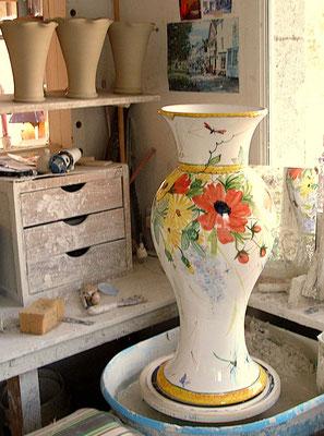 Très grand vase tourné en trois pièces et décoré avec des fleurs. Pièce unique pour un pallier d'escalier.