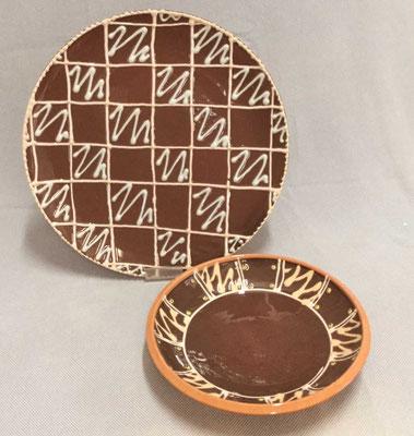 Plat à tarte et petit plat creux, décor à la poire à engobe, couleur chocolat.