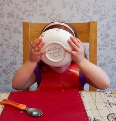 Miam miam! Les enfants aiment la belle vaisselle aussi.