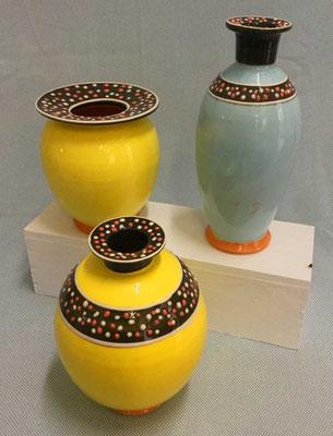 Vases et bouteilles, terre vernissée jaune et bleu.