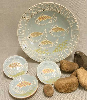 Grand plat creux et petites coupelles en terre vernissée, décor poisson.