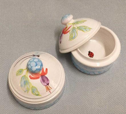 Petites boîtes en Fuchsia avec des surprises à l'intérieur.
