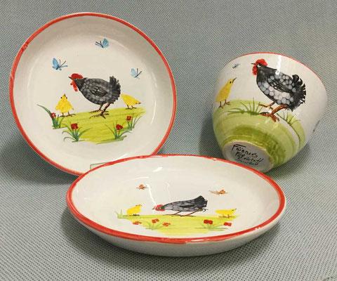 Assiettes, bol, décor poule noire du Quercy.
