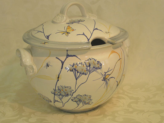 Soup tureen in a blue nuage pattern.