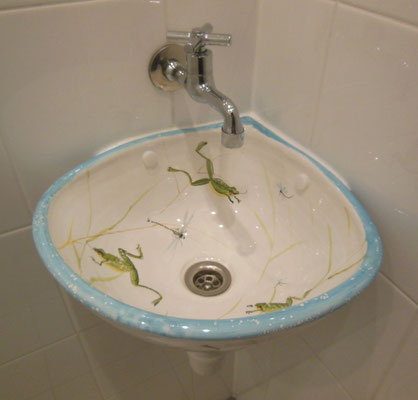 Corner hand basin, frog decoration.