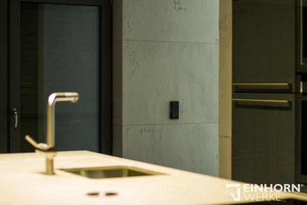 Küche mit gespachtelten Sichtbeton wänden