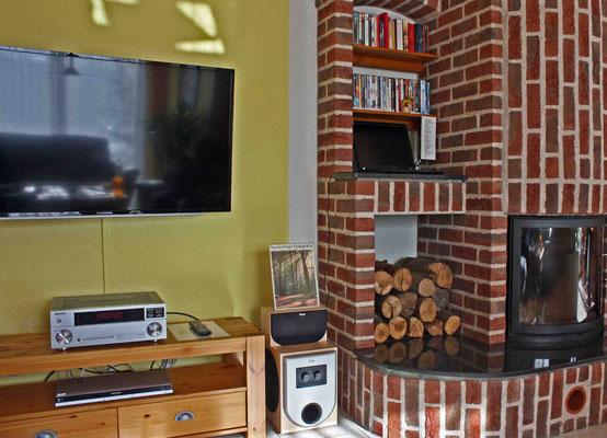 """50"""" TV und Kamin im Wohnzimmer"""
