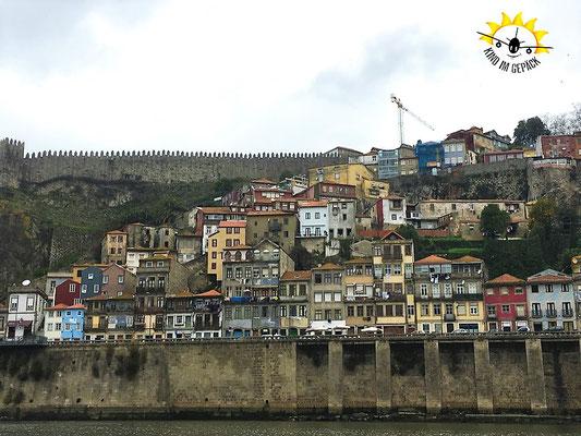 Vom Douro auf die bunten Häuser von Porto blicken.