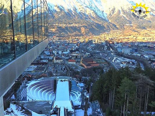 Der Blick der Skispringer von der Schanze Bergisel auf Innsbruck.