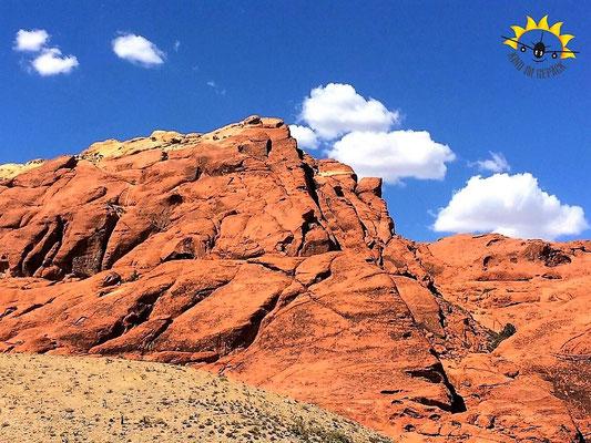 Riesige rote Felsen sind das Markenzeichen des Red Rock Canyon in Nevada.