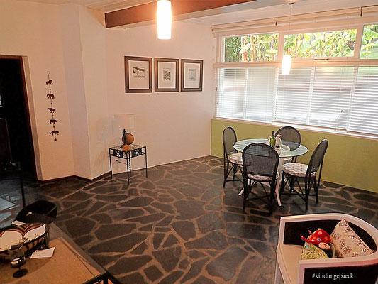 Essbereich im Wohnzimmer mit Küchenzeile