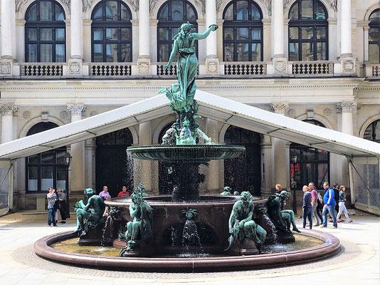 Der Hygieia-Brunnen im Rathaus-Innenhof
