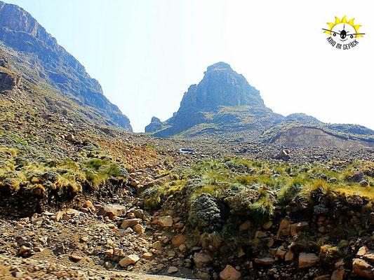 Der Blick nach oben am Sani Pass.