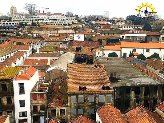 Die Dächer der Portweinkellereien von Porto.