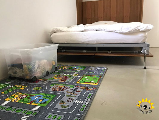 Das Familien-Design-Zimmer mit Spielteppich und Box in der Kartause Ittingen.