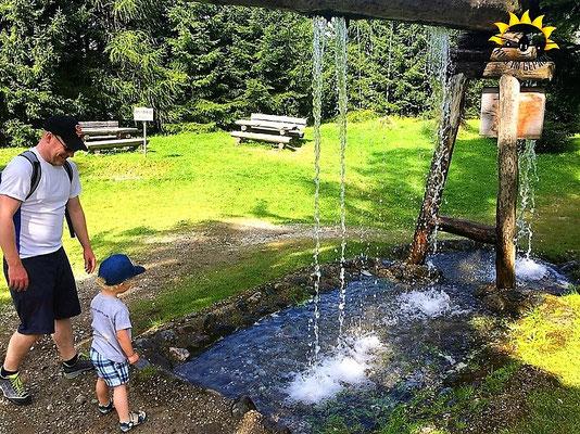 Tolle Wasserspiele zum Erfrischen und Spielen im Muttereralmpark.