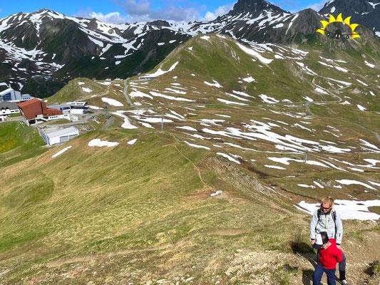 Alp Trider Sattel im Hintergrund beim Aufstieg zum Piz Munschuns.