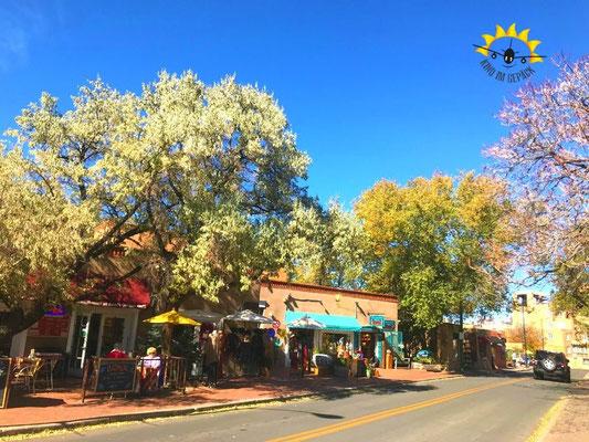 Herbst in den Gassen von Santa Fe der Hauptstadt Ne Mexikos.