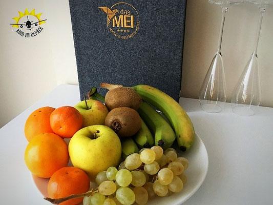 Ein Obstteller begrüßt den Gast auf dem Hotelzimmer Bambi&Klopfer im dasMEI.