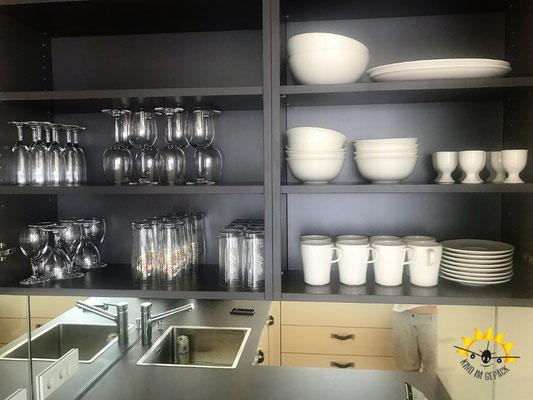 Volle Schränke in der Küche des Boardinghouse Bodensee Hirschen.