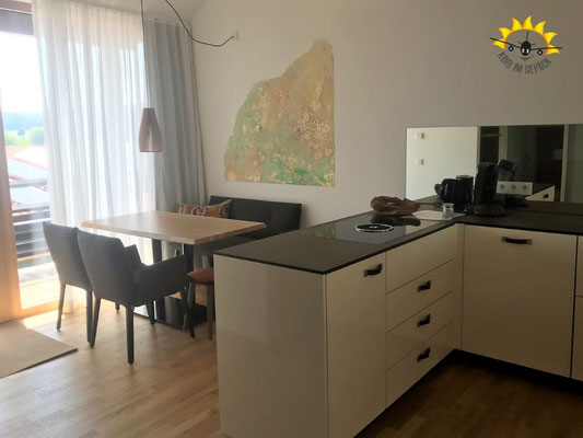 Essbereich mit voll ausgestatteter Küche im Boardinghouse Bodensee Hirschen.