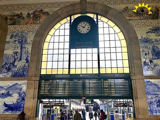 Die Bahnhofshalle Sao Bento von Porto.