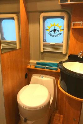 Das Bad mit Toilette und Dusche im Freeway Camper.