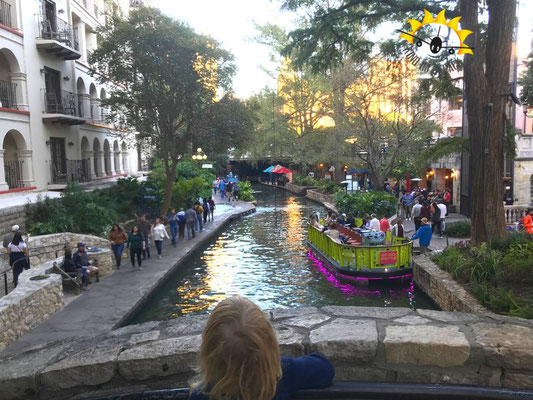 Viele Brücken führen über den River Walk in San Antonio.