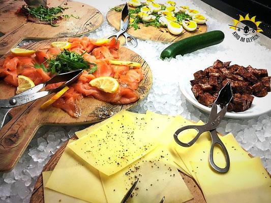 Frühstücksbuffett im dasMEI mit Käse, Lachs und Wurst