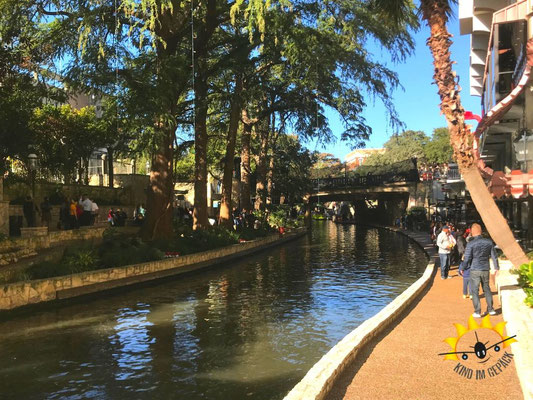 Cafés und Boutiquen entlang des San Antonio River Walk.