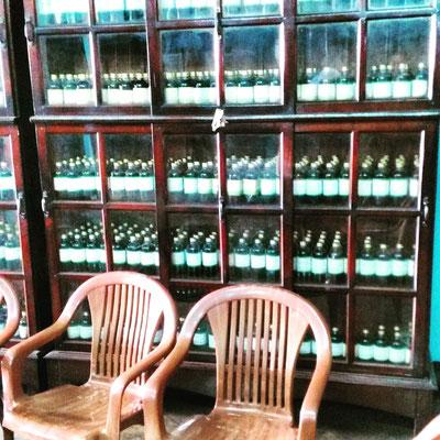 アーユルヴェーダ老舗薬局。オイルがずらりと並ぶのは圧巻です!効きそう。