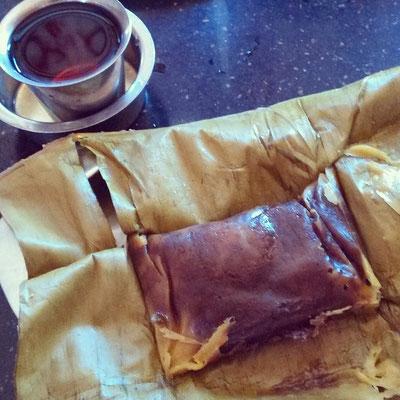 中にココナッツと黒糖の餡を詰めて、米粉の生地をバナナの葉で包ん蒸したお菓子。ケーララ・スイーツはちょっと和菓子っぽい。