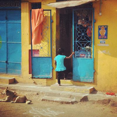 ティルヴァンナーマライの街角。ブルーと黄色の綺麗なコントラスト。