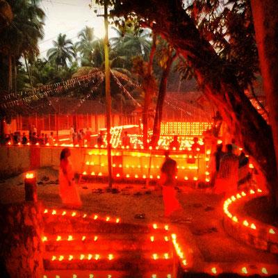 お祭りの日。キャンドルでライトアップされた、寺院の夕暮れ。