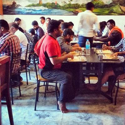 町の人気食堂、ランチタイム。