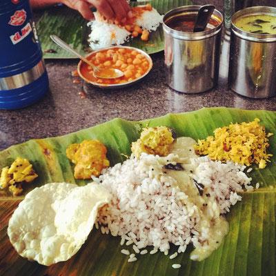 南インドの昼定食、ミールス。バナナの葉をお皿に、右手でよく混ぜていただきまーす!