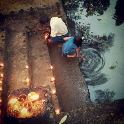 小さな寺院のお祭り。灯りを一面に燈し、神様に捧げます。